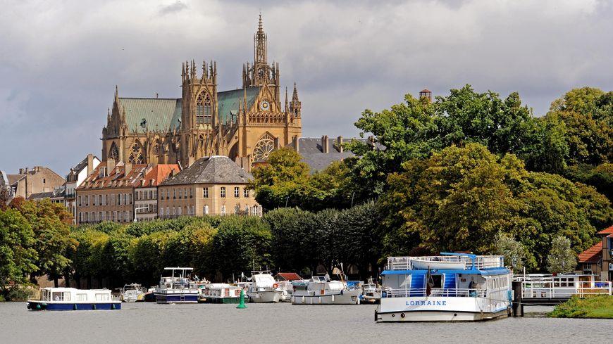 La ville de Metz - vue du plan d'eau sur la cathédrale