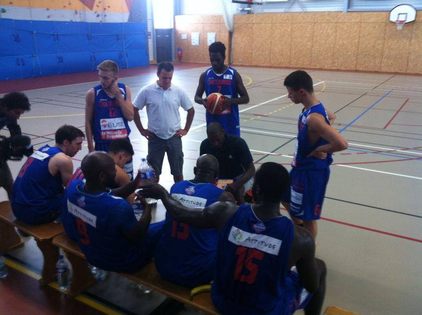 Régis Racine avec ses joueurs avant de débuter la rencontre face au Limoges CSP - Radio France