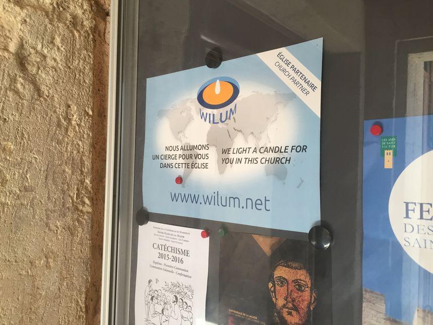 De petites affiches sont apposées aux entrées des églises partenaires - Radio France