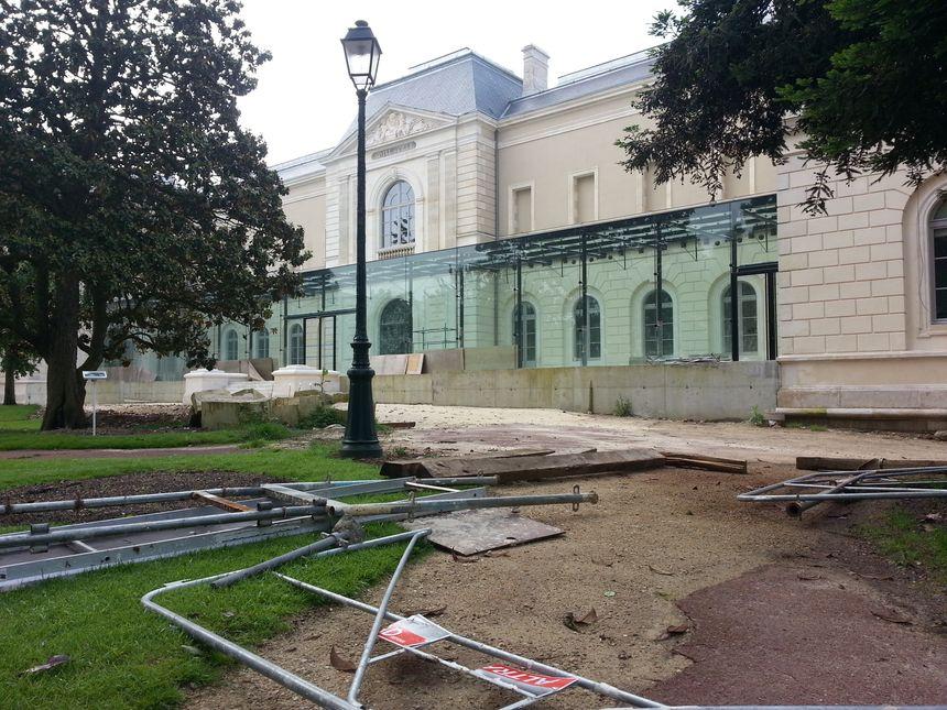 Le musée Girodet, le 6 juin, quelques jours après les inondations. Le contreplaqué installé à la hâte devant les vitres n'a pas résisté à la montée des eaux - Radio France