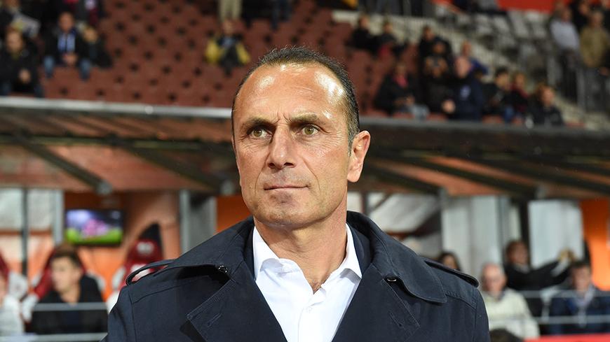 Michel Der Zakarian attend une réaction de ses joueurs ce vendredi face à Auxerre