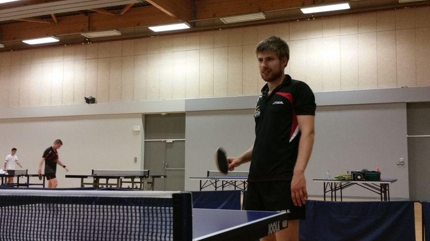 Lucas Créange ici à l'entraînement à l'Olympique rémois tennis de table.