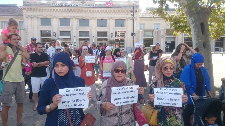 """Une trentaine de manifestantes ont tenu à souligner leur """"liberté de conscience"""""""