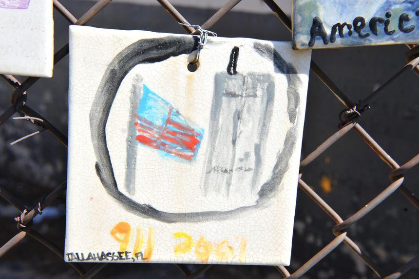 Dessin posé contre un grillage sur le site de Ground Zero, à New-York - Maxppp