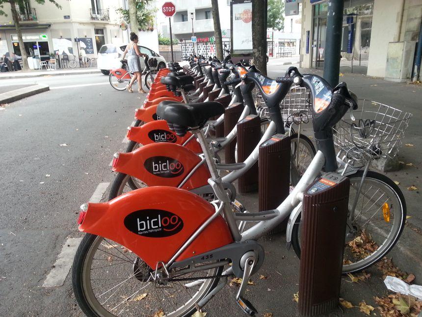 La station de vélo en libre-service de la place de la République, sur l'île de Nantes. - Radio France
