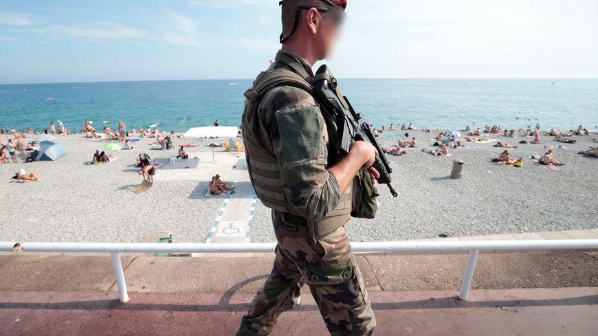 Patrouille de militaires sur la promenade des anglais