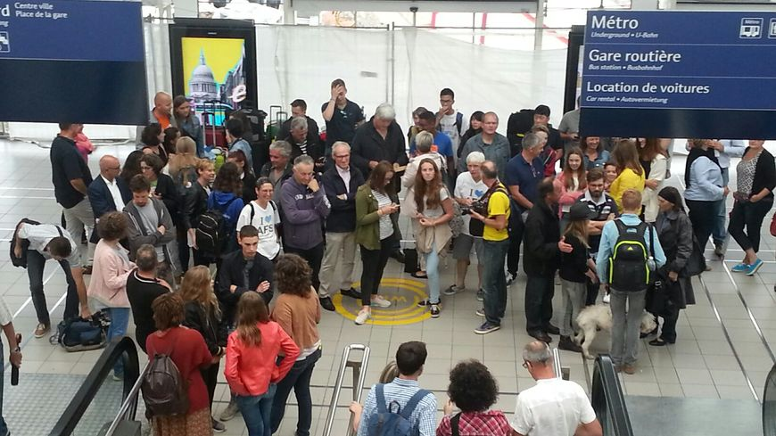 Les familles d'accueil et les jeunes lycéens étrangers à la gare de Rennes