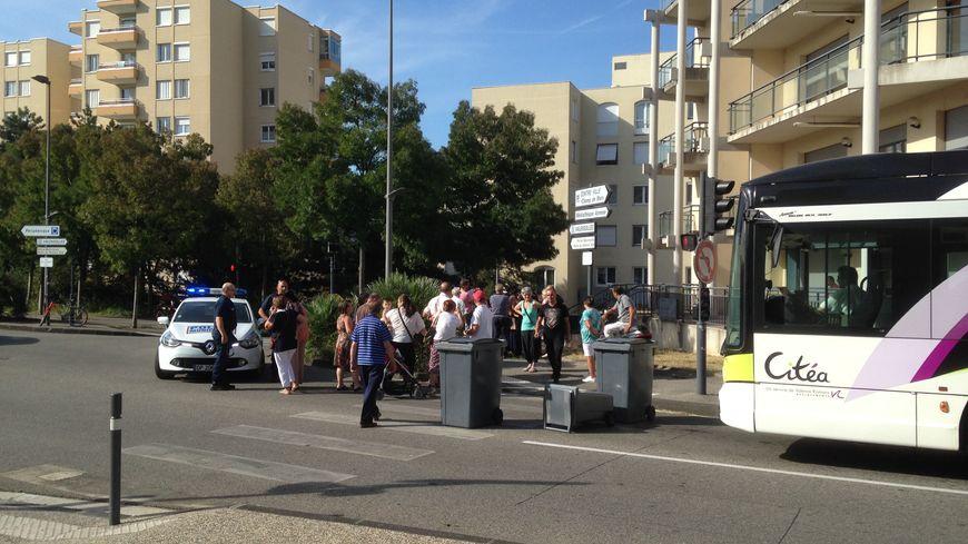 Les habitants de Valensolles ont bloqué les bus avec des poubelles pendant plus d'une heure ce samedi matin.