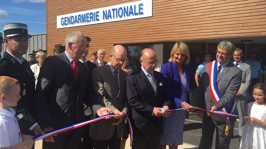 Bernard Cazeneuve entouré des élus inaugure la caserne de Saint-Vaast la Hougue