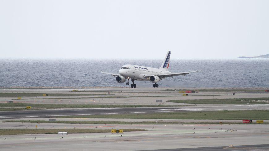 Près de 250 avions décollent et atterrissent tous les jours à Nice en période estivale.
