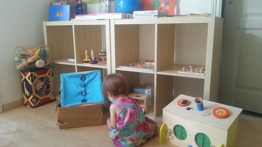 La pédagogie Montessori repose sur l'utilisation de matériel adapté à l'enfant, qu'il peut utiliser à son rythme