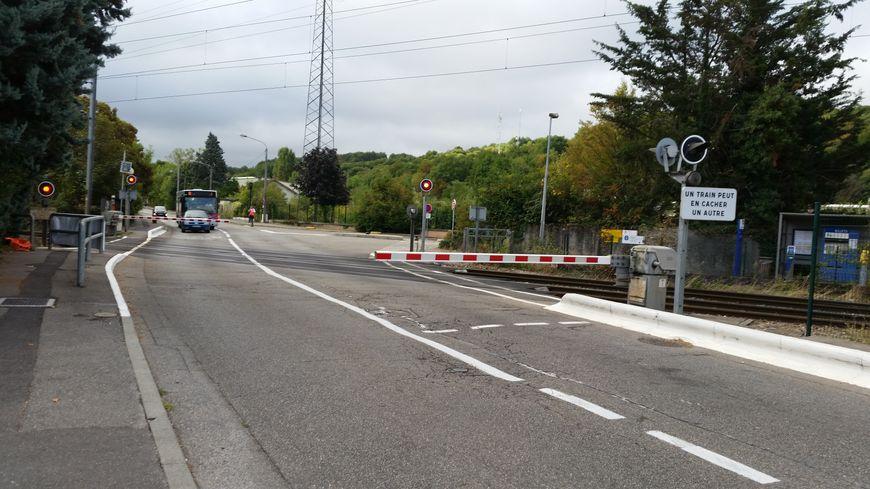 A l'approche de la gare de la Verpillère, ce passage à niveau voit passer chaque jour quelque 150 trains et 5.000 véhicules.