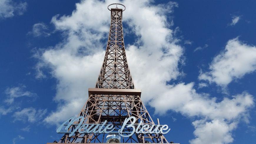 """La tour Eiffel de Sion, surmontée du symbole """"Peace and Love"""""""