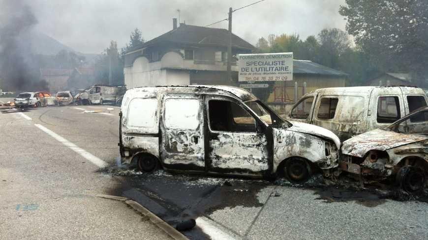 Des voitures incendiées sur la RD 1085 à Moirans, le 20 octobre 2015.