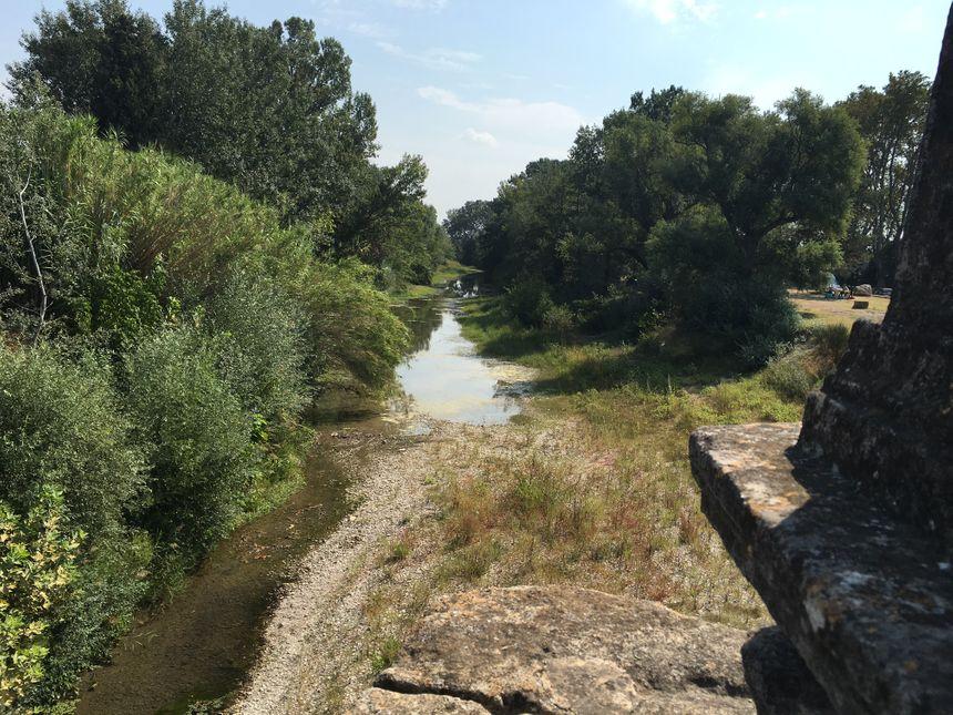 L'Ouveze est plutôt calme. Mais en quelques heures, la rivière peut se transformer en un véritable torrent comme en septembre 1992 .  - Radio France