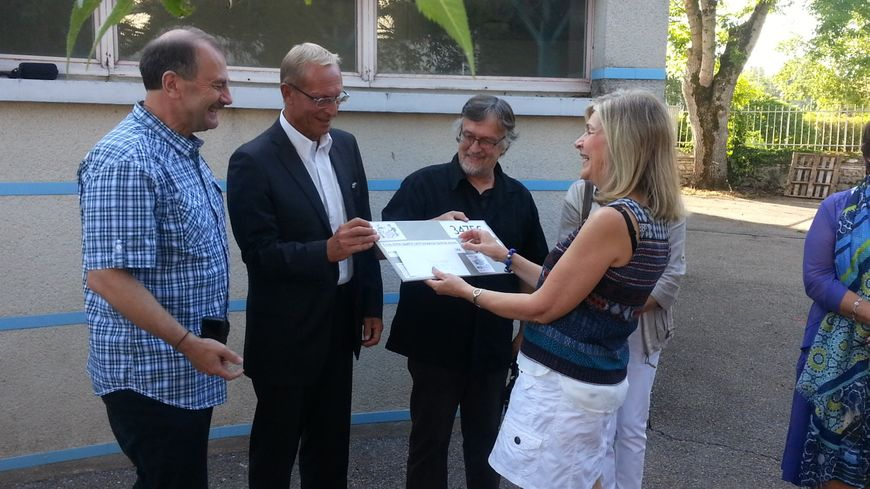 La directrice de l'école a reçu un chèque de 3.475 euros. Une collecte de solidarité qui sera bien utile.