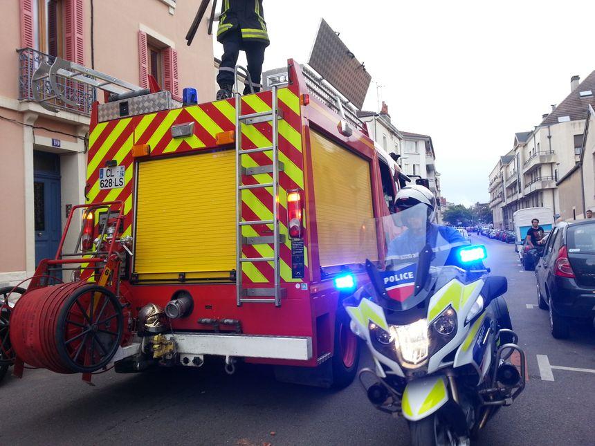 D'importants secours ont été déployés au 15 rue Pierre Palliot à Dijon après une explosion au gaz vendredi matin - Radio France