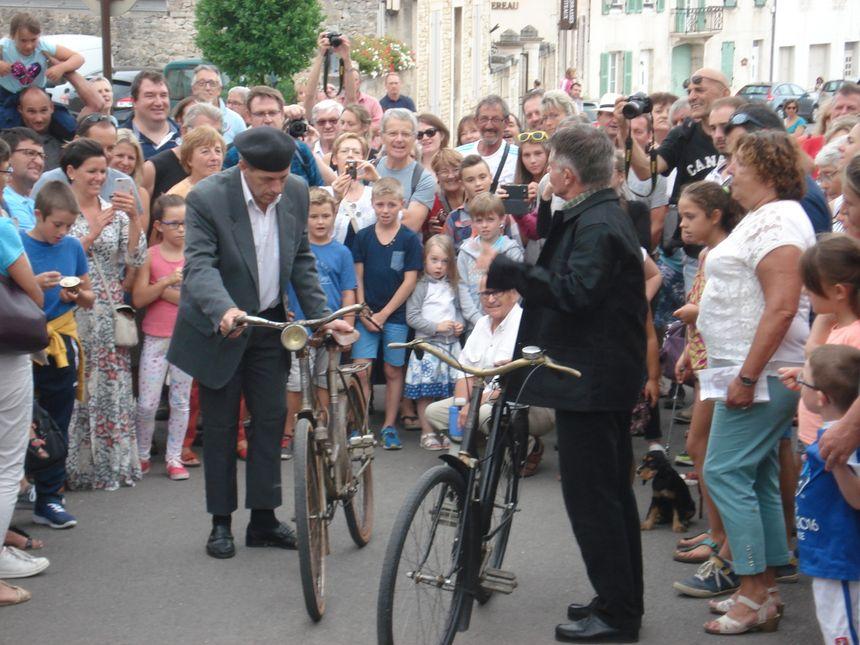 """La troupe """"Murisaltus"""" rejoue des scènes du film, ici celle des vélos. - Radio France"""
