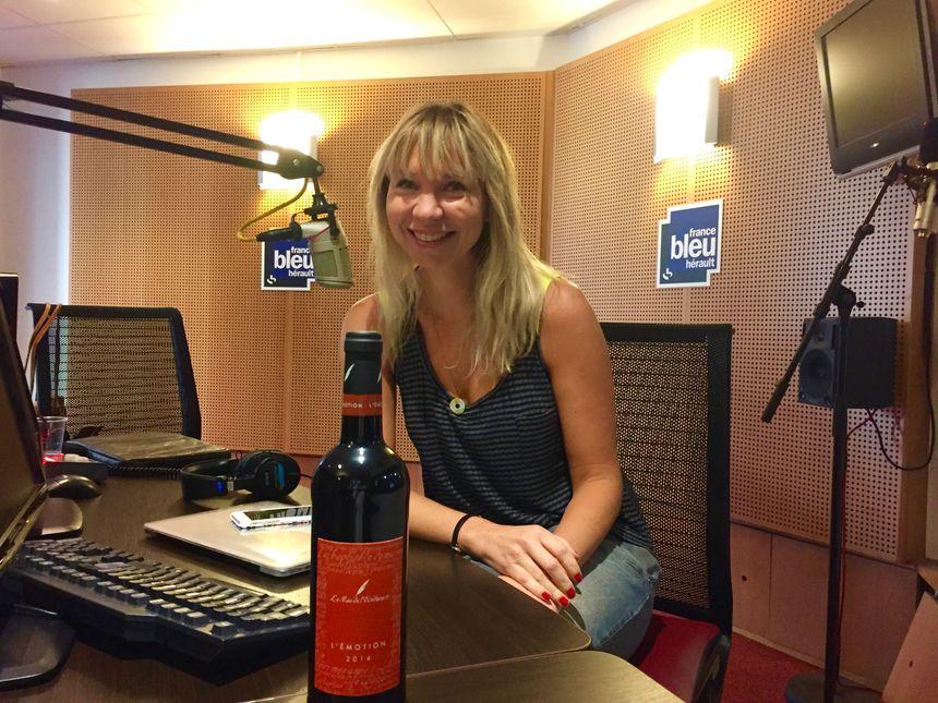 """""""Mon coup de coeur ? La cuvée Emotion du Mas de l'Ecriture en Terrasses du Larzac, un vin de plaisir à déguster entre amis"""" - Patricia Huczek - Radio France"""