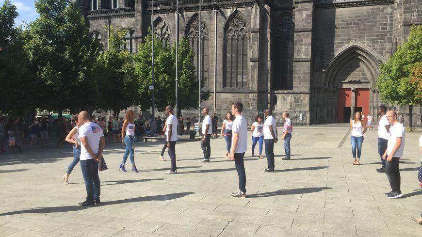 8 couples s'apprêtent à faire une démonstration de danse en hommage aux victimes du 11 septembre 2001