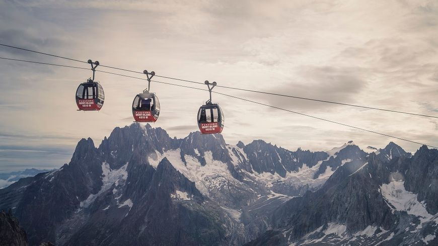 "Les cabines du ""Panoramic Mont Blanc"" au petit matin."