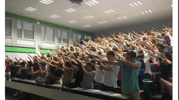 Le fameux geste pris pour un salut nazi, sur une photo des étudiants en Infocom