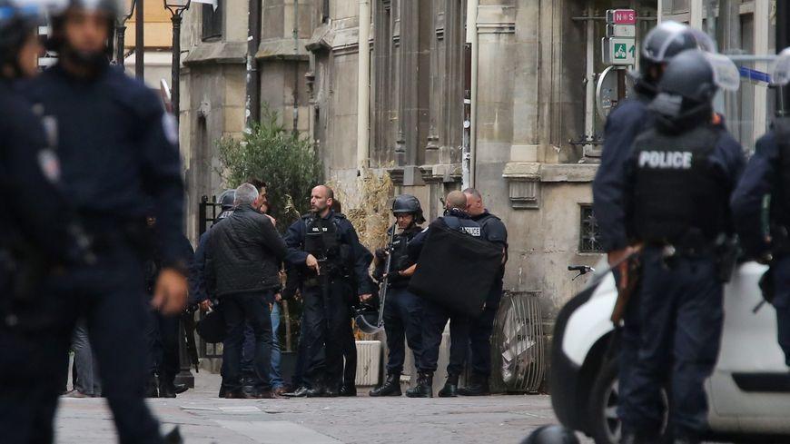 Des dizaines de policiers se sont déployés autour de l'église Saint-Leu, à Paris, samedi 17 septembre.