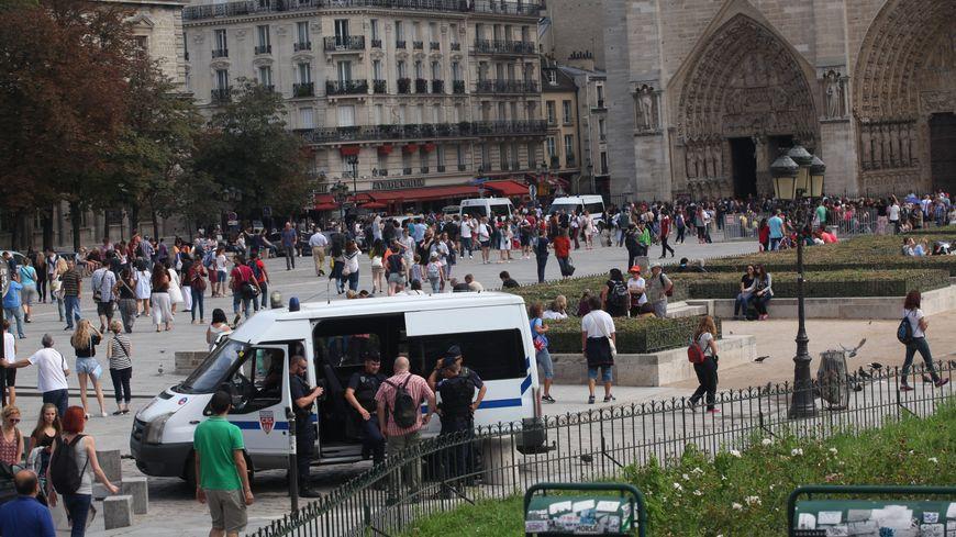 Devant la cathédrale Notre Dame de Paris