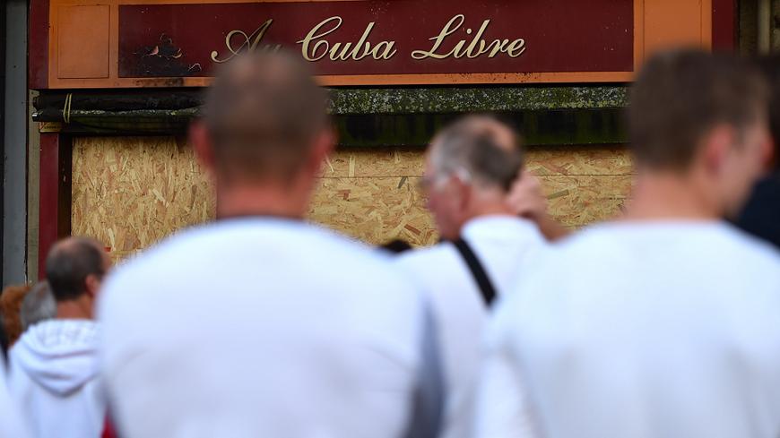 Marche blanche le 12 août dernier devant le bar de Rouen où s'est produit le tragique incendie.