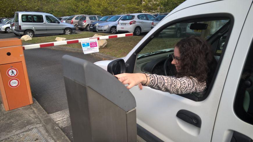 Léa, étudiante originaire de Carbon-Blanc, arrive parfois en retard en cours, à force de perdre du temps à chercher une place de parking.