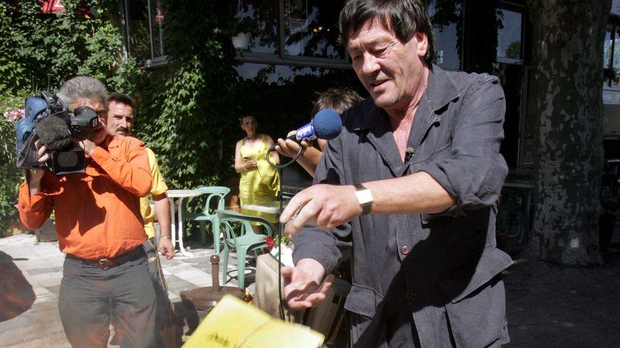Roland Agret le 30 juin 2006 au moment de brûler son dossier judiciaire