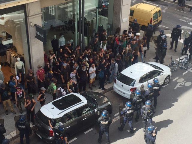 Le premier groupe, encerclé par les forces de l'ordre rue du docteur Mazet, à Grenoble. - Radio France
