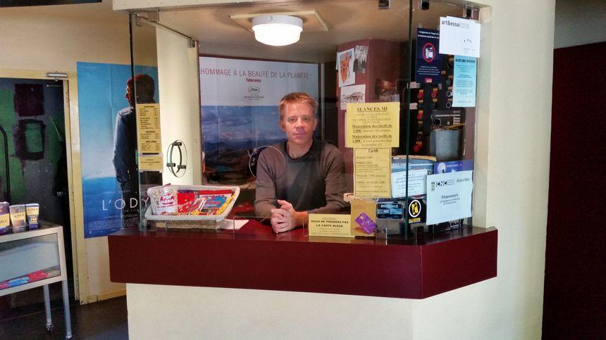Geoffrey Formont dans la petite caisse du cinéma l'Oron, à Beaurepaire - Radio France