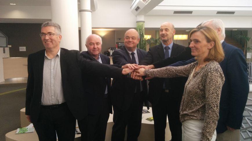 Les élus des deux communautés de communes réunis pour la baptême de la nouvelle agglomération.
