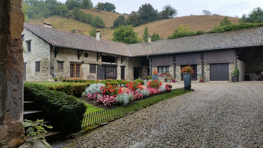 Le jardin du château de Venon et les anciennes écuries aménagées par la mamn de Joëlle Cartaux - Radio France