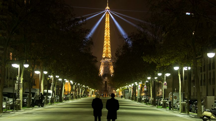 La Tour Eiffel illuminée en pleine nuit.