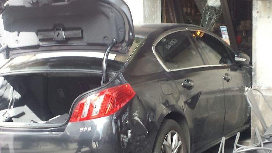 Une voiture s'encastre dans la devanture d'un restaurant du 18e, à Paris