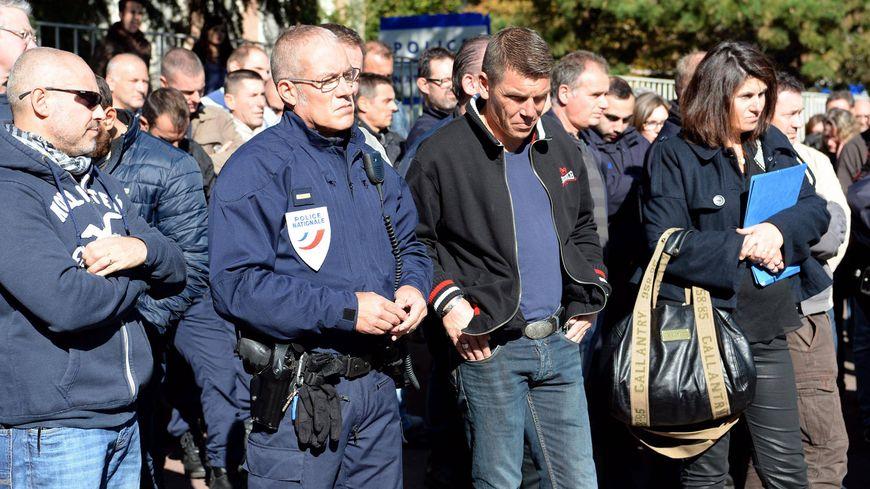 A Rennes, une centaine de policiers se sont rassemblés devant le commissariat pour rendre hommage à leurs collègues agressés à Viry-Chatillon