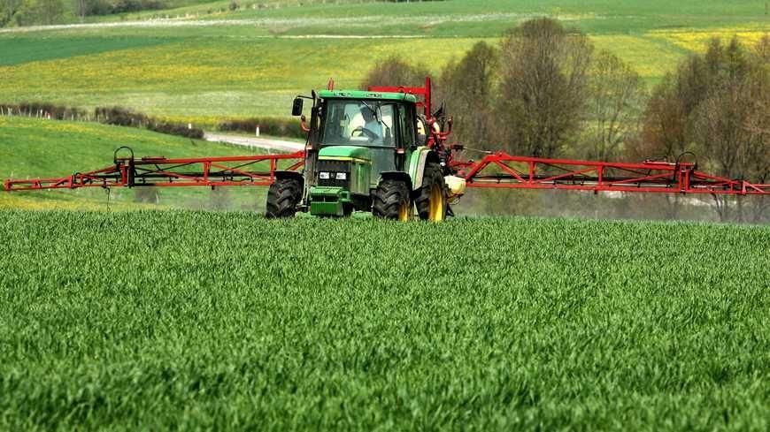 Traitement chimique d'une parcelle agricole (Illustration)