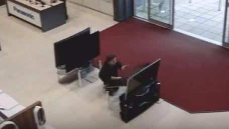 Extrait de la vidéo-surveillance du magasin anglais, dans lequel un client a cassé 4 télés d'un coup