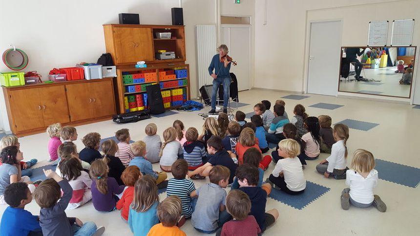 Didier Lockwood intervient dans une classe de maternelle de la Rochelle - Radio France