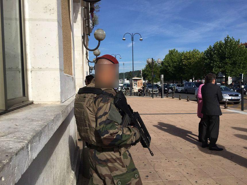 Un militaire de Tarbes devant la gare de Périgueux - Radio France