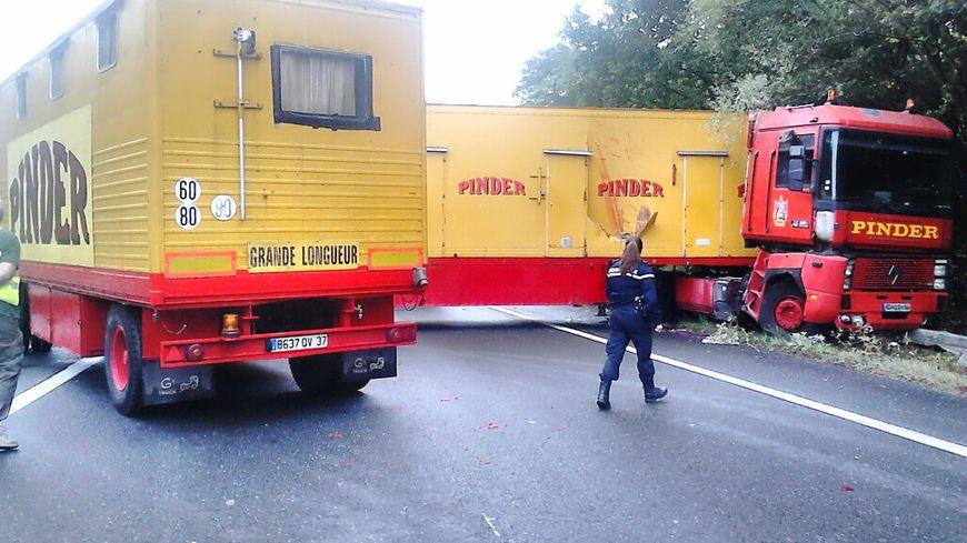 Un camion du cirque Pinder en porte-feuille à hauteur de Luant sur l'autoroute A20