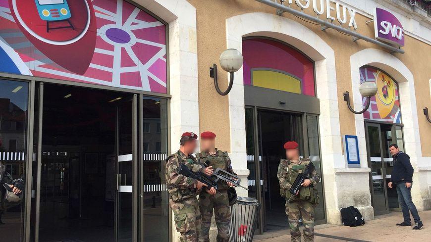 Une patrouille Sentinelle devant la gare de Périgueux