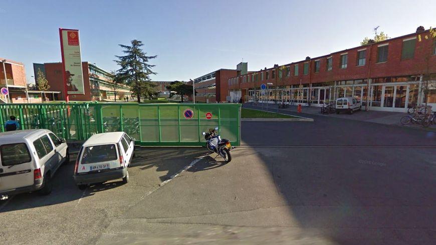 Il y a désormais des tourniquets devant l'entrée du lycée Déodat-de-Séverac