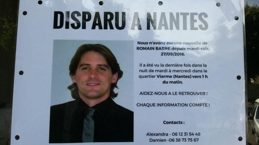 La photo de Romain Barré a été placardée par ses proches un peu partout sur Nantes, ici sur la porte d'entrée de son immeuble.