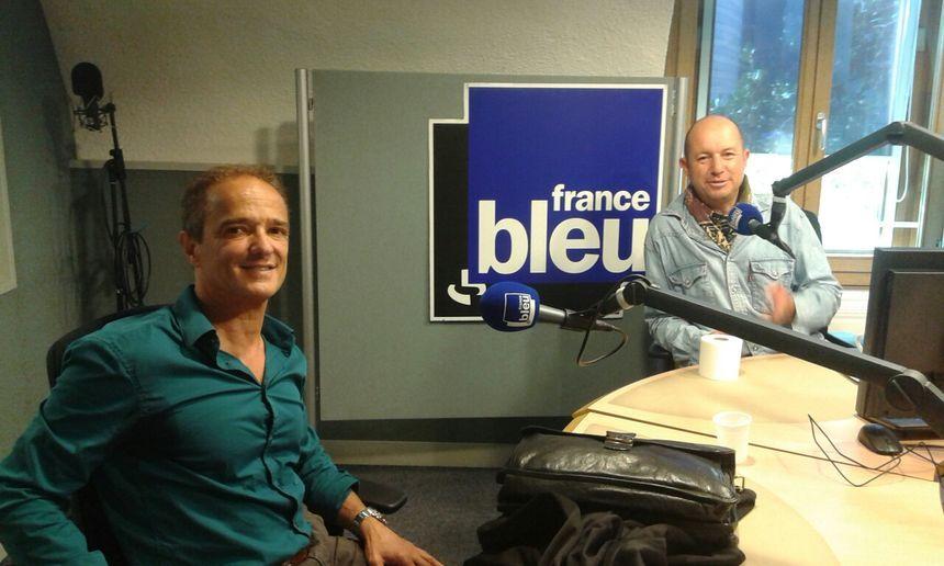 Patrick Goffy à gauche dans les studios de Francce Bleu - Radio France