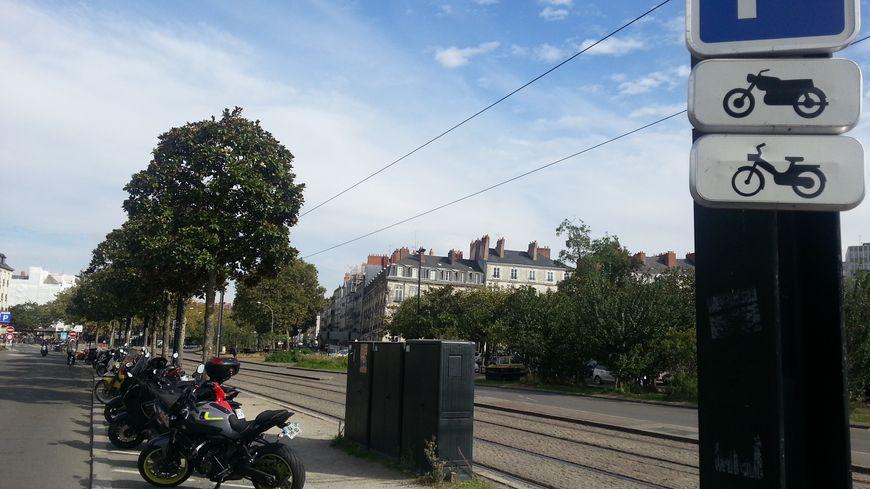 A Nantes désormais, si les deux roues se garent en dehors des emplacements dédiés (matérialisés comme ci-dessus), ils risquent une amende de 35€.