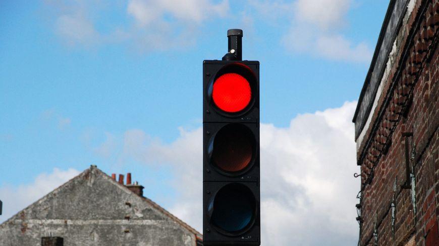 Pour encourager les automobilistes à rester sur la N57, la DREAL rallonge le feu rouge aux carrefour des Rosiers.
