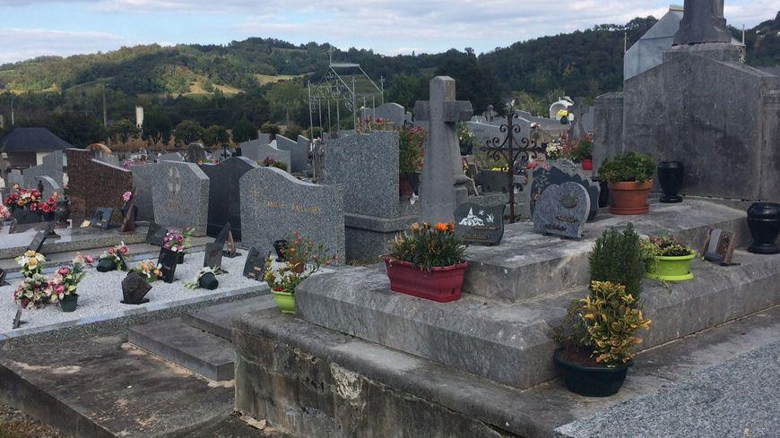 Cinq tombes ont été profanées, en particulier sur le haut du cimetière